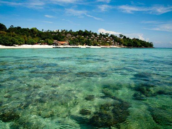 Phi Phi The Beach Resort: Вид на отель с моря