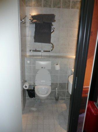 Hotel C Stockholm: bagno piccolo ma pulito