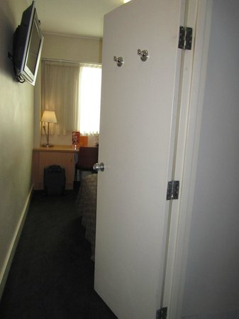 Ibis Sydney World Square: Tiny double bedroom