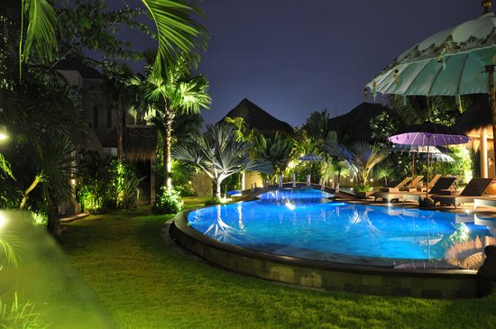 Blue Karma Resort: Pool in the evening