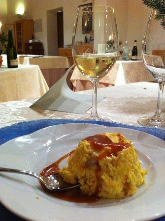 Relais Villa Grazianella - Fattoria del Cerro: Bavarese al torroncino con salsa al caramello accompagnata dal Brut Villa Grazianella