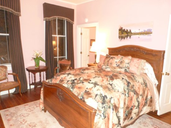 Armstrong Inns Bed and Breakfast: Master bedroom