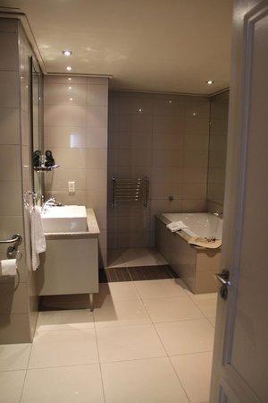 Cape Royale Luxury Hotel: master bath