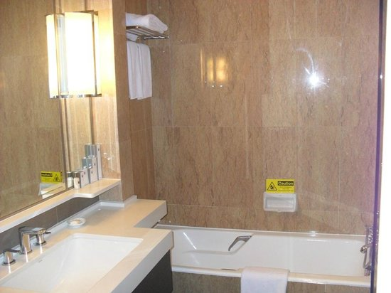 Orchard Hotel Singapore: Bathroom