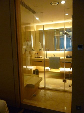 Crowne Plaza Hotel Hong Kong Causeway Bay: view of the bathroom from the bedroom