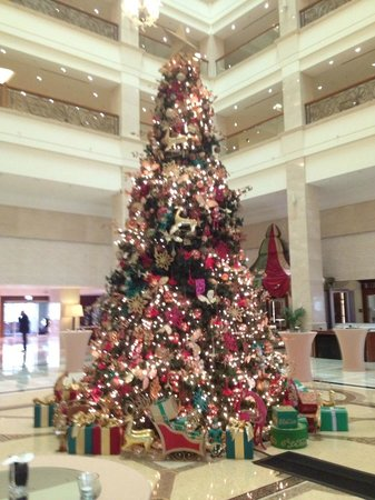 The Westin Dubai Mina Seyahi Beach Resort & Marina: XMas Tree in the Atrium / Hotel Lobby