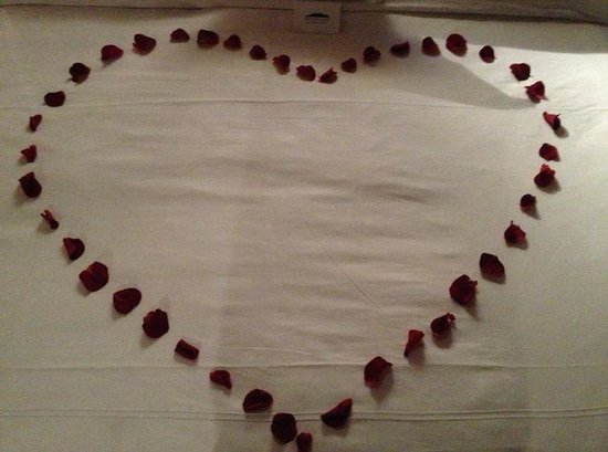 Atlanticview Cape Town Boutique Hotel: Rose petals on the bed on the night I proposed...