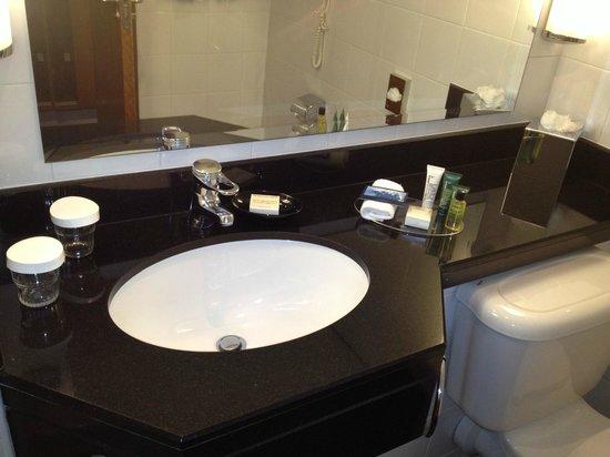 Hilton Belfast: BATHROOM