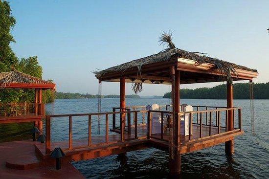 Dalmanuta Gardens - Ayurvedic Resort & Restaurant: Speisepavillons am Fluss