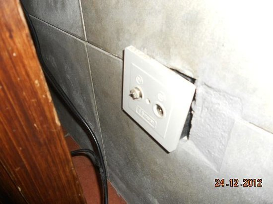 Leticia Del Mar Apartments : broken wall socket for tv arial