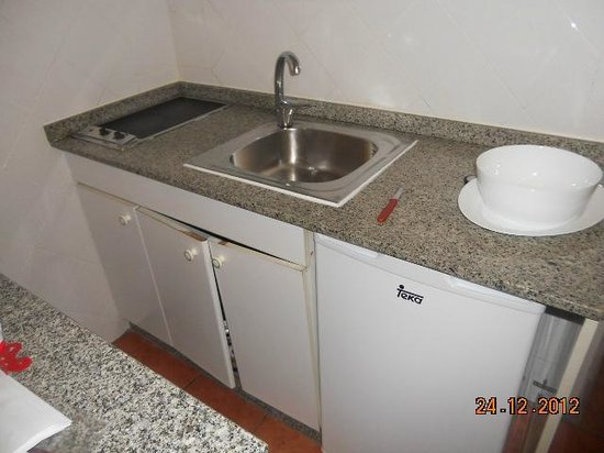 Leticia Del Mar Apartments : kitchen with no cooker or microwave