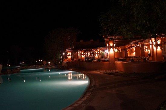 AVANI Victoria Falls Resort: Restaurante à noite