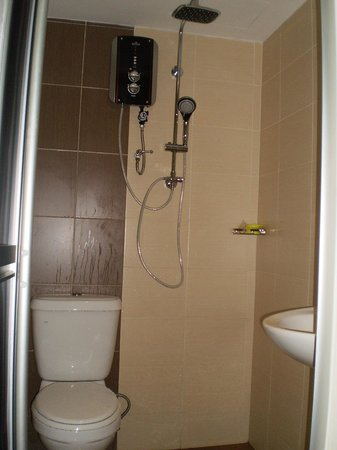 Kawan Kawan Guest House : Shower room