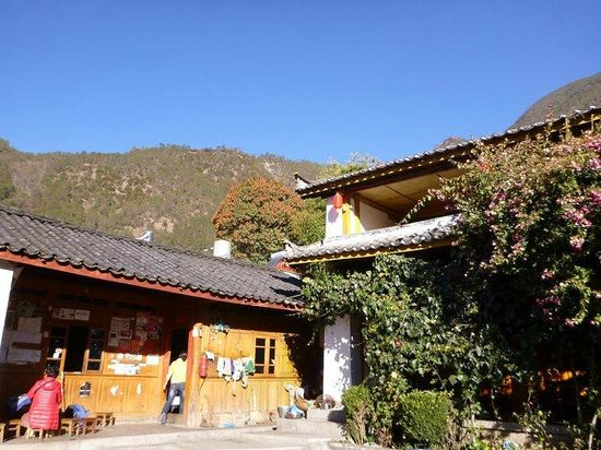 Naxi Family Guesthouse : tiled roof