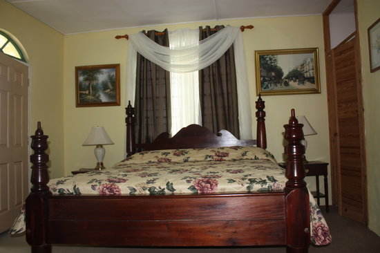 Starlight Chalet & Health Spa: Luxurious Suite beautifully decorated with king size antique four poster machongy bed