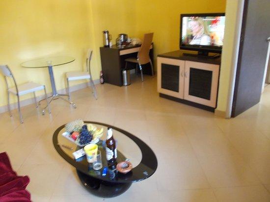 Neelams The Grand: гостинная 15м2 с холодильником и бар-чаем