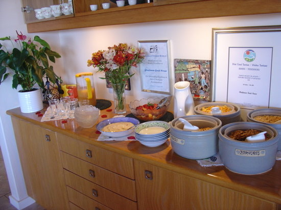 Glenfinnan Guest House: Breakfast bar
