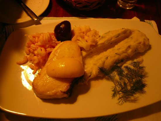 Operakallarens bakficka : filetto di halibut, gamberetti, cavolfiori, bietola rossa e purè! OTTIMO!