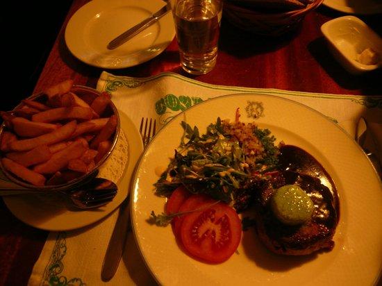 Operakallarens bakficka : tartare alla griglia con verdure miste e patate fritte! Ottimo!!