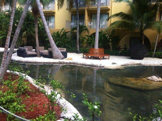 Grand Cayman Marriott Beach Resort: Atrium leading to the beach.