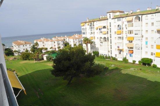 Complejo Laguna Beach: Vista desde el salon del apartamento.