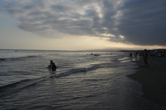 El atardecer de la playa enfrente del Complejo Laguna Beach.