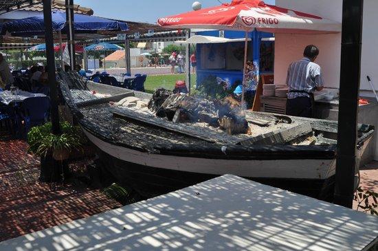 Complejo Laguna Beach: preparando la candela para los ricos espeto de Sardinas.