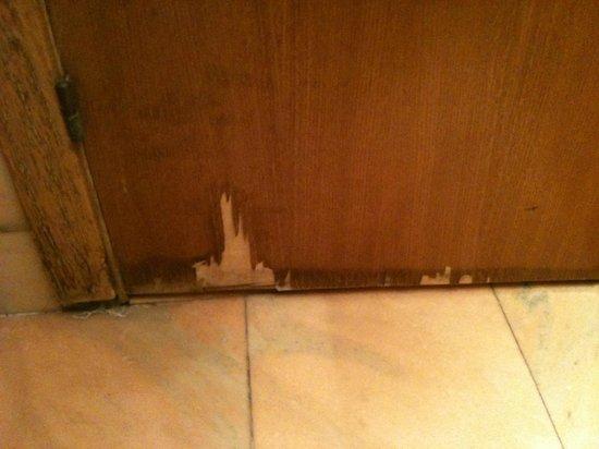 Grupotel Gravina: Shabby, peeling door