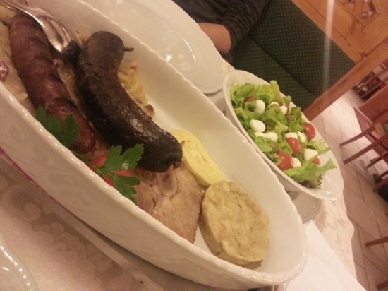 Restaurant Kotnik: Sausages & Salad