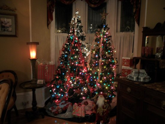 Secret Garden Bed & Breakfast Inn: Beautiful Christmas trees in the parlour area.