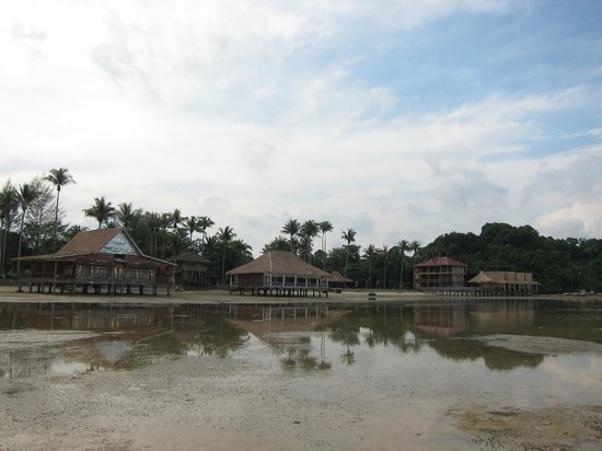 Bintan Spa Villa Beach Resort: View from outside the beach when low tide