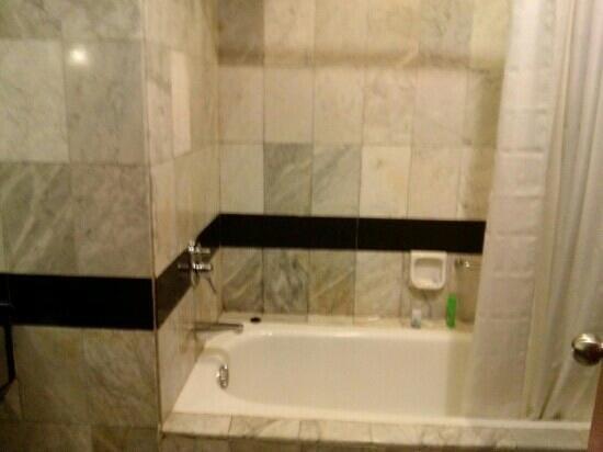 Grand Aquila Hotel Bandung: bathtub