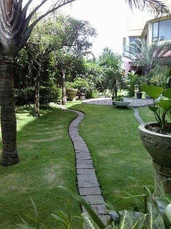 Grand Aquila Hotel Bandung: garden