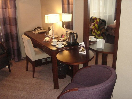 Kossak Hotel: Small but efficient desk area