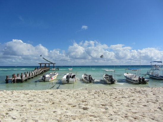Indigo Beach: Fishing/Dive boats in water in front of Indigo. Some people don't seem to like this, we didn't m