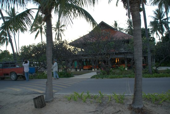 Evason Hua Hin: Bar area leading out to narrow road and seaside