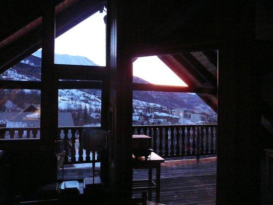 Chalet Prestige : vue du balcon du salon le matin