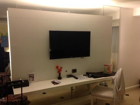 Skyy Hotel: large Samsung TV
