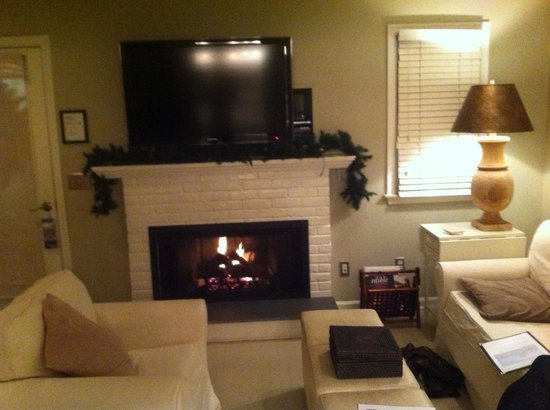 Mill House Inn: Beach Hamton Suite - the fireplace