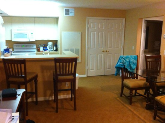 Summer Bay Orlando By Exploria Resorts: kitchen and dining area. Laundry in that closet.