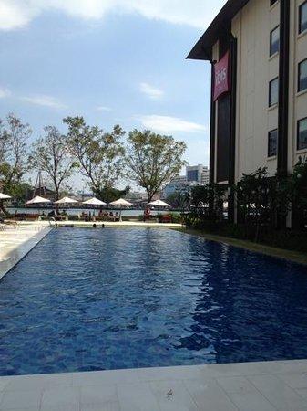 ibis Bangkok Riverside: プールは16:00くらいまで陽があたります。