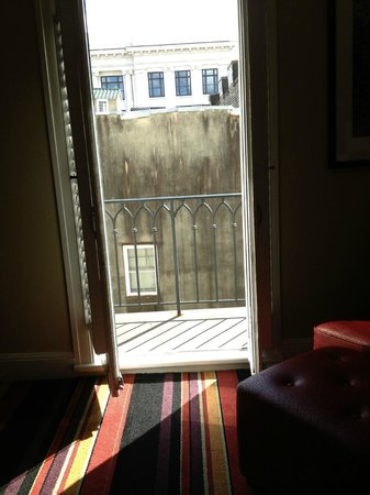 Hotel Le Marais: Light coming in from the balcony door