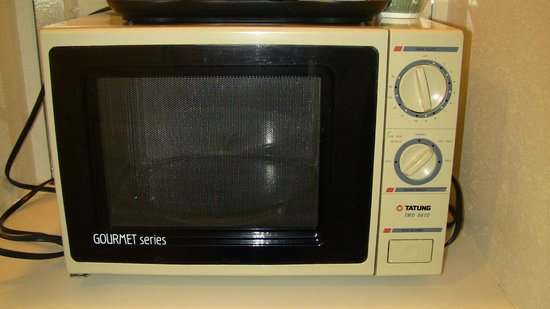 Comfort Inn & Suites: Outdated microwave in room