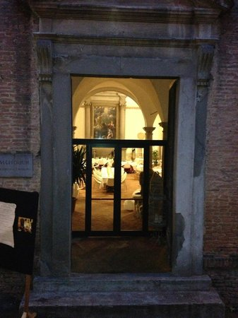 Hotel San Miniato: Looking into the chapel during truffle dinner setup