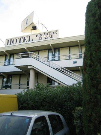 Premiere Classe Lourdes : hotel premiere classe vista dal parcheggio auto