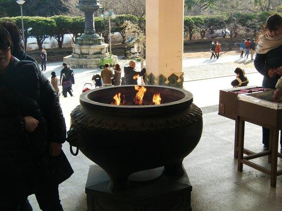 Soji-ji Temple: お線香を立てて