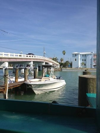 Sea Critters Cafe: boat or drive in dining