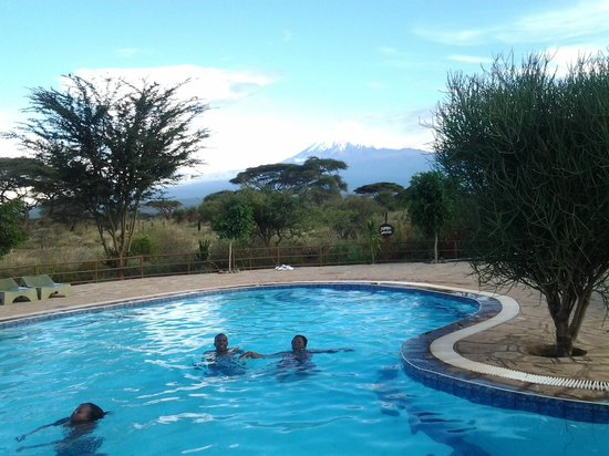 Kibo Safari Camp: view of Mt. Kilimanjaro from the swimming pool.