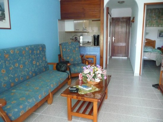 Tamaragua Apartments: livingroom with kitchen in background