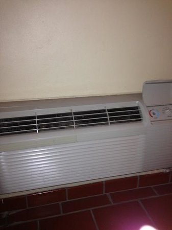 WesternBay Boqueron Beach Hotel: A/C with fungus, dust and missing parts!